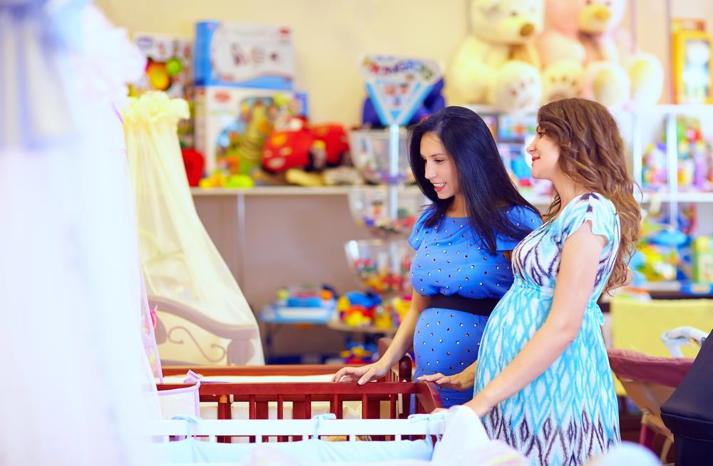 Dwie kobiety w ciąży wybierają łożeczko