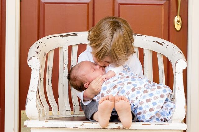 czym zająć starszaka, kiedy zajmujesz się niemowlęciem