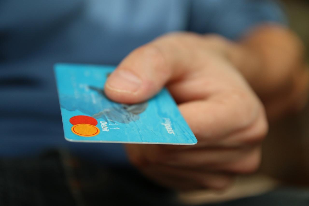 karta płatnicza w dłoni