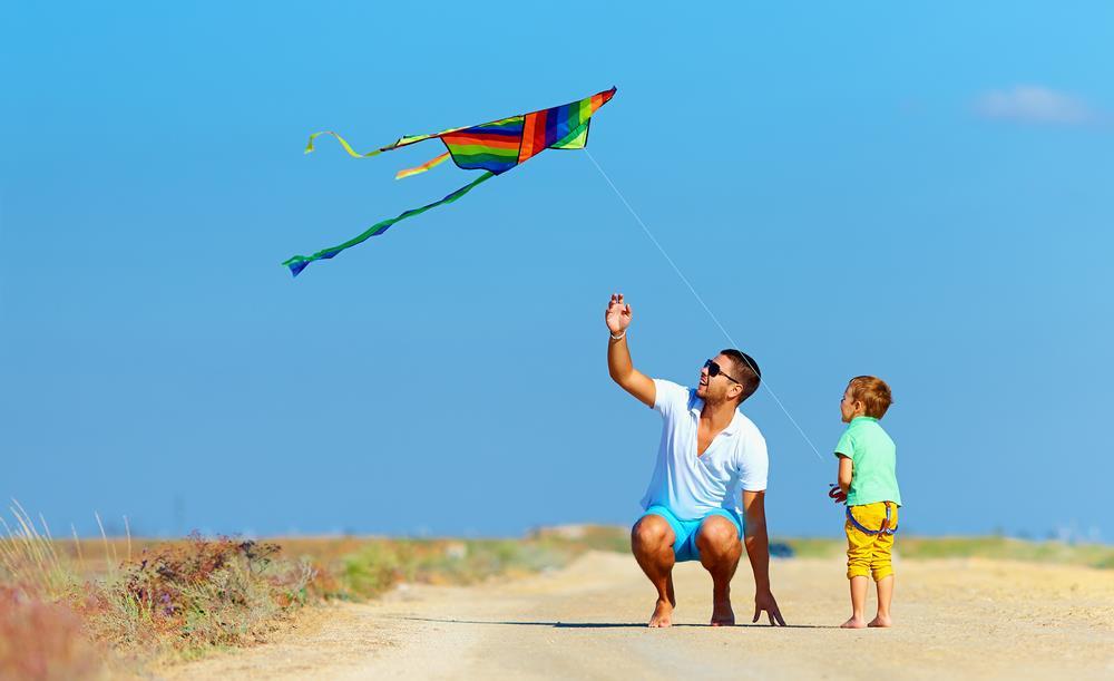 puszczanie latawca to świetna zabawa dla dzieci i dorosłych