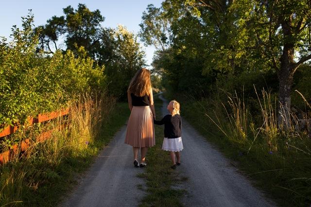 mama spacerująca z córeczką