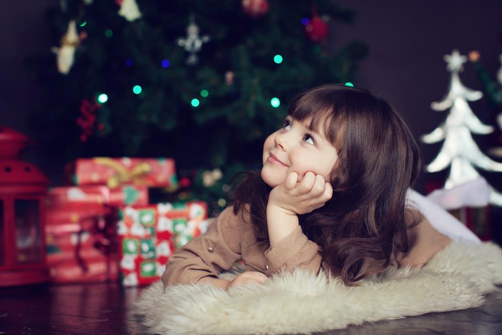 Rozmarzona mała dziewczynka czeka na święta