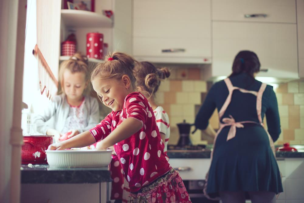 dzieci pomagają w kuchni