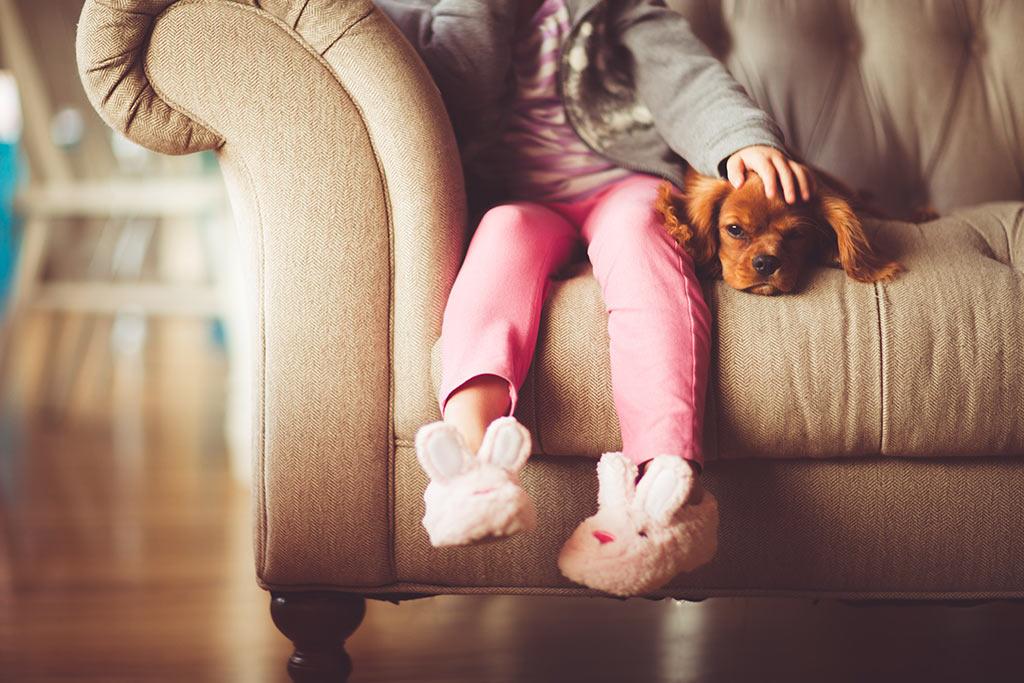 zwisające nogi dziecka z kanapy