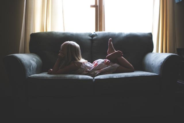 obrażone dziecko lezy na kanapie
