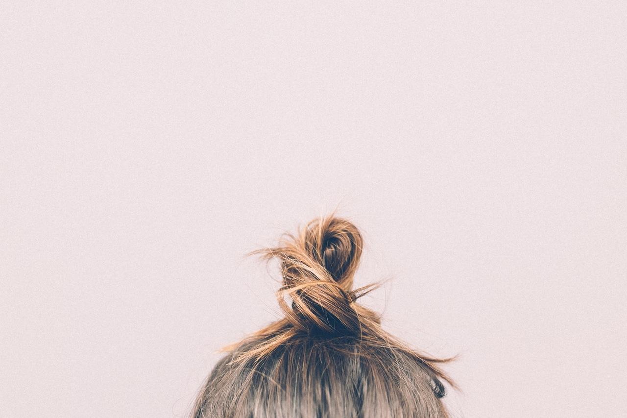 Włosy dziewczynki spięte w cebulkę