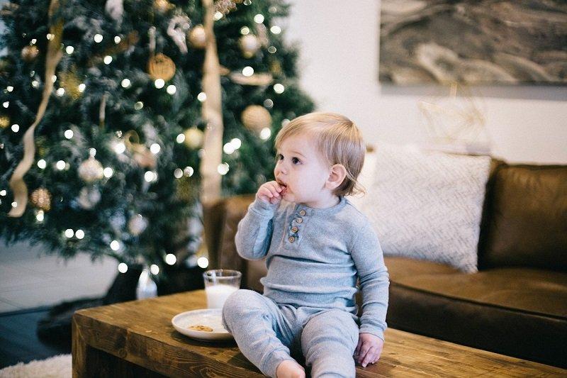 Dziecko jedzące bożonarodzeniowe ciasteczka