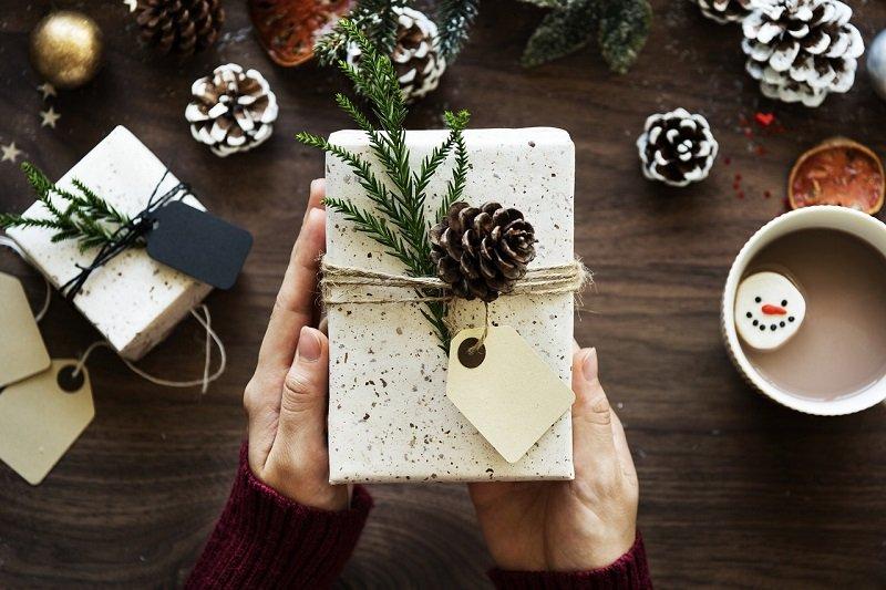 Pięknie zapakowany świąteczny prezent