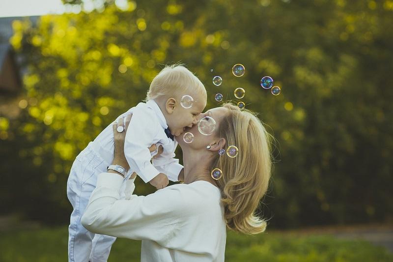 Zaletą karmienia piersią jest więź, jaka nawiązuje się pomiędzy matką i dzieckiem