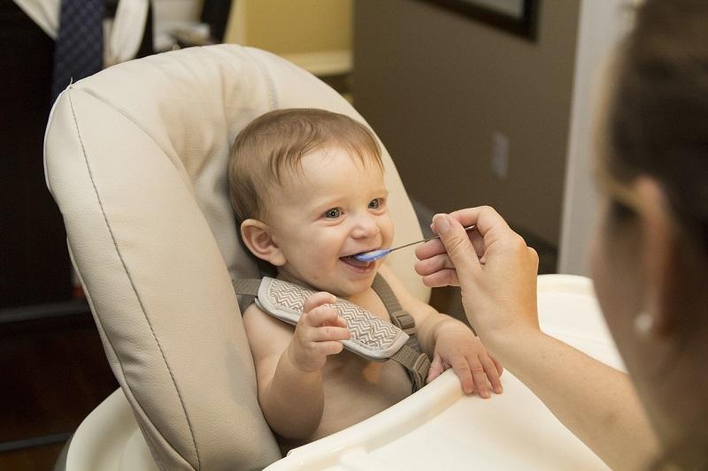 Karmienie dziecka przechowywanym mlekiem matki